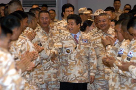 노무현 전 대통령은 2004년이라크에 파병된 자이툰사단을 '깜짝 방문'했다.