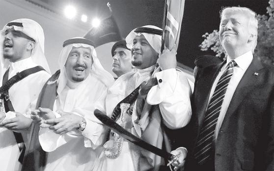 5월 20일(현지시간) 사우디아라비아를 방문한 도널드 트럼프 미국 대통령(오른쪽)이 살만 압둘아지즈 사우디 국왕(왼쪽)과 전통 칼춤을 추고 있다.