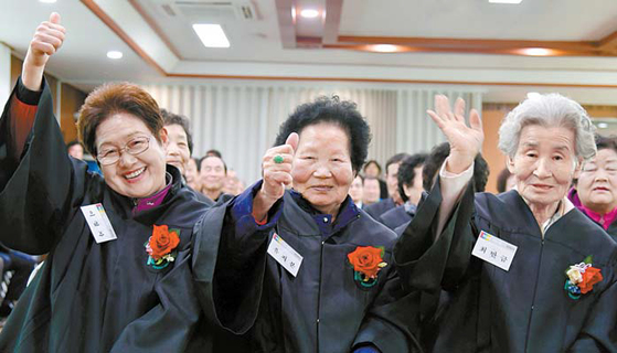 논산시가 운영하는 한글학교에 입학한 어르신들이 즐거워하고 있다.           [사진 논산시]