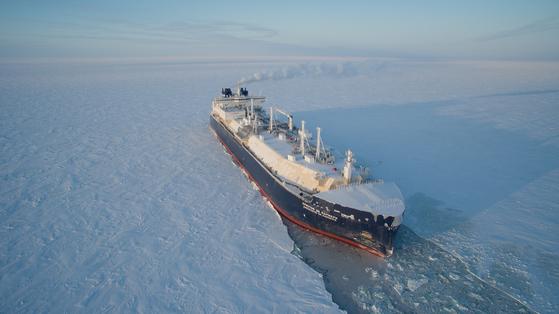 대우조선해양이 세계 최초로 건조한 쇄빙LNG선이 얼음을 깨면서 운항하고 있다. 이 선박 명명식에 블라디미르 푸틴 러시아 대통령이 참석했다. [사진 대우조선해양]