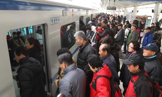 경춘선 전철에는 요금을 내지 않는 노인 승객이 많이 몰린다. [중앙포토]