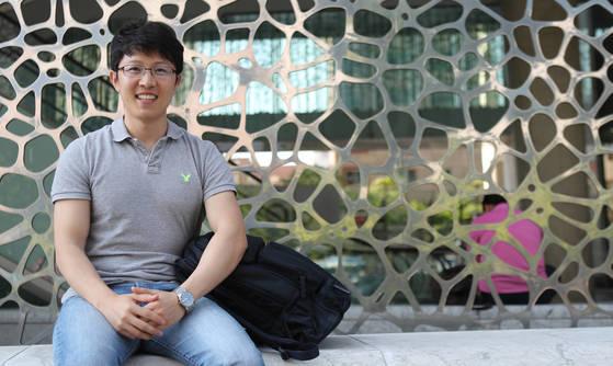 꽃제비 시절과 북한에서의 경험을 쓴 책 거리 소년의 신발을 펴낸 이성주씨가 활짝 웃고 있다. [김춘식 기자]