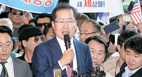 홍준표 전 자유한국당 대선후보가 4일 인천공항을 통해 입국해 지지자들에게 발언하고 있다. [오종택 기자]