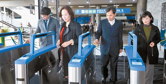 서울역과 서울 지하철1·4호선 간 직통 환승통로가 지난 3월 설치됐다. 이 때문에 열차를 갈아탈 때 불편이 해소됐다. [사진 코레일]