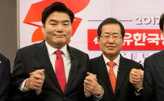 지난 3월, 자유한국당 후보자 경선 토론회 시작에 앞서 원유철 의원(왼쪽)과 홍준표 전 경남지사가 기념촬영을 하고 있다.