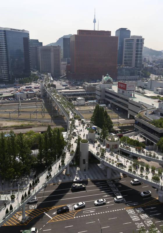 서울역 고가를 공원으로 바꾼 '서울로7017'(왼쪽)은 개장 2주 만에 방문객 100만 명을 돌파했다.[중앙포토]