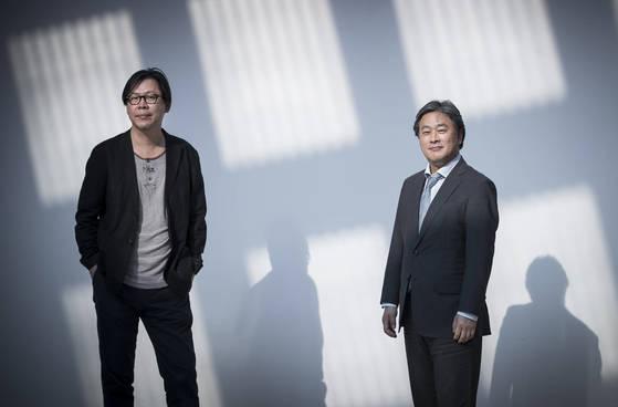 왼쪽부터 미디어 아티스트 박찬경, 영화감독 박찬욱 형제. 서울시립미술관에서 선보이고 있는 3D영상작품 '격세지감'은 두 사람으로 이뤄진 '파킹찬스'가 3년만에 내놓은 신작이다. 권혁재 사진전문기자