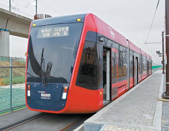 충북 오송에 있는 트램 실용화 사업장에 운행 중인 트램                 [사진 대전시]