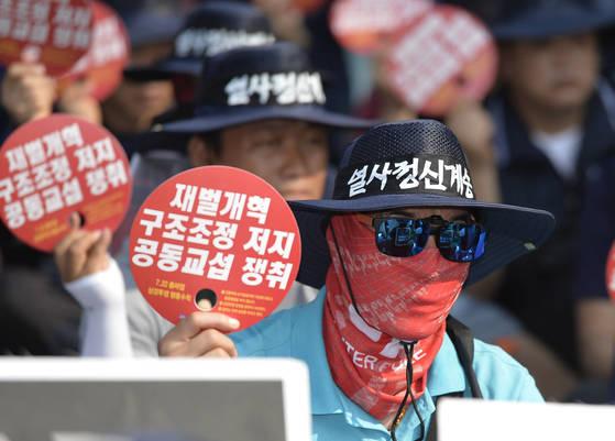 총파업 투쟁대회를 하고 있는 금속노조 조합원. 김현동 기자