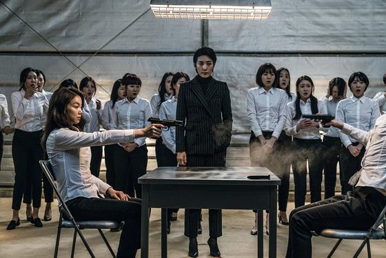 여배우가 주연인 액션 영화 '악녀'의 한 장면.