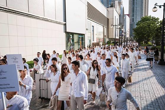 5월27일 오후 6시 서울 잠실 롯데월드 인근 광장에 흰 옷을 입은 사람들이 모여 들었다. 흰 옷 입고 모여서 밥 먹는 '디네 앙 블랑' 서울 행사에 참석한 사람들이다. [사진 화이트디너코리아]