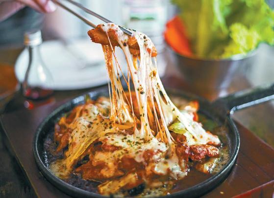 순살 닭고기를 카레 향 나는 매콤한 찜닭 소스에 조리한 뒤 모차렐라 치즈를 뿌리면 지친 여름 든든하고 맛있는 식사를 즐길 수 있다.
