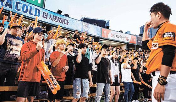 지난 3일 '농인의 날'을 맞아 한화 이글스는 청각장애인 300명을 대전구장에 초청했다. 1만 3000여명의 관중은 이날 함성 대신 수어(수화)로 응원하는 퍼포먼스를 펼쳤다. [사진 한화 이글스]