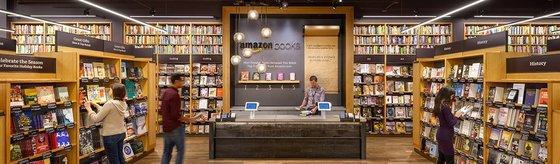 온라인 유통 기업 아마존이 운영하는 오프라인 서점 '아마존 북스'의 모습. 아마존은 아마존 북스 매장 내에서 고객들의 동선과 책 구매 성향 등을 파악, 수집하고 있다. 빅데이터로 가공해 마케팅과 인공지능(AI) 기술 개발 등에 활용한다. [사진 아마존]