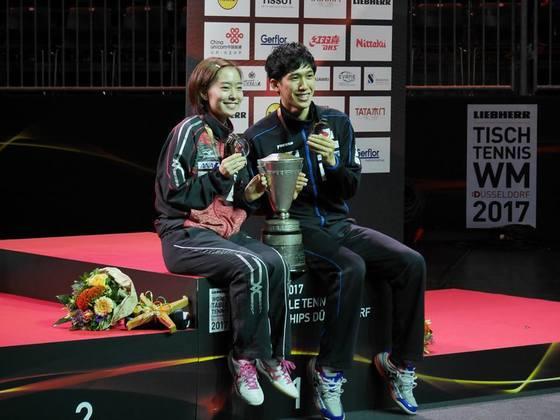 2017 세계탁구선수권대회에서 혼합복식 금메달을 딴 일본의 이시카와 가스미(왼쪽)와 요시무라 마하루. [사진 일본탁구협회 페이스북]