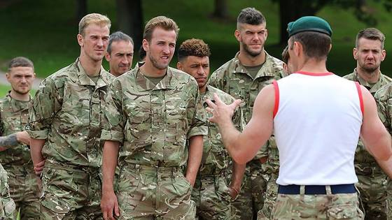 해리 케인(가운데) 등 잉글랜드 축구대표팀 선수들이 군사 훈련을 받는 모습. [사진 잉글랜드축구협회 페이스북]