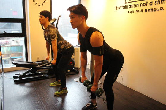 전기 자극 운동인 EMS(Electrical Muscle Stimulation) 운동 장면. 전기 신호로 운동 근육을 자극하고 활성화시킨다. [사진 이엠에스 스튜디오]