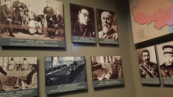 류공다오에 전시된 아시아 전쟁의 원흉들. 이토 히로부미 사진(오른쪽 위)가 눈에 보인다. [사진 차이나랩]