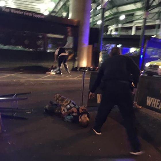 3일(현지시간) 차량과 흉기 테러가 발생한 영국 런던에서 경찰에 제압 당한 테러 용의자 2명이 바닥에 쓰러져 있다. [사진 인스타그램]