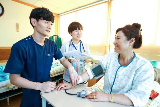 1일 고흥군의 병원에서 응급구조사 2명이 입원 환자의 혈압을 재주고 있다. 이 병원은 간호사를 구하기 어렵자 응급구조사를 대신 채용했다. [고흥=프리랜서 장정필]