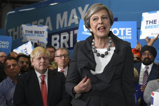 테리사 메이 영국 총리가 총선을 영국 버크셔주 슬라우에서 연설하고 있다.[AP=연합뉴스]