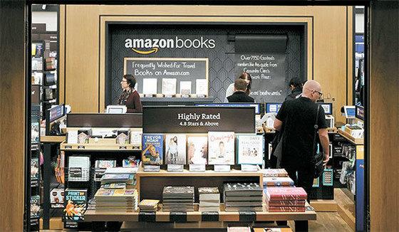아마존이 운영하는 오프라인 서점 '아마존 북스'의 모습. 아마존은 아마존 북스에서 고객들의 동선과 책 구매 성향 등을 파악, 수집하고 있다. 빅데이터로 가공해 마케팅과 인공지능(AI) 기술 개발 등에 활용한다. [사진 아마존]