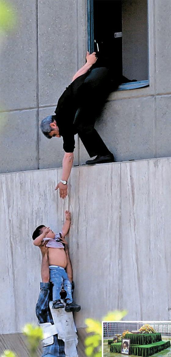 수니파 무장조직 이슬람국가(IS)가 7일 이란 의사당과 이맘 호메이니의 영묘를 테러했다. IS가 '시아파의 심장' 이란을 공격한 건 처음이다. 사진은 이란 경찰이 의사당 창문으로 어린이를 대피시키는 모습. 작은 사진은 호메이니 영묘. [AFP=연합뉴스]
