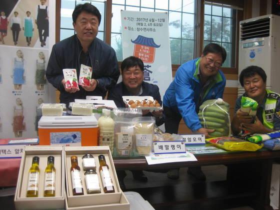 이경훈 포천시 창수면장(왼쪽에서 두번째) 등이 오는 10일 면사무소에 여는 '창수 장터'에서 판매할 제품을 소개하고 있다. 전익진 기자
