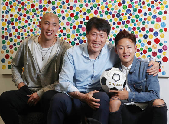 차범근(가운데)-두리(왼쪽) 부자와 20세 이하 축구대표팀 에이스 이승우(오른쪽)가 7일 서울 평창동 차범근 U-20 월드컵 조직위 부위원장 자택에서 만났다. 신인섭 기자