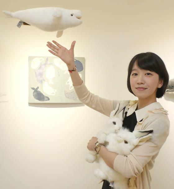 자신의 작품 '고래' 앞에서 인형들을 안고 포즈를 취한 백은하 작가. 김춘식 기자
