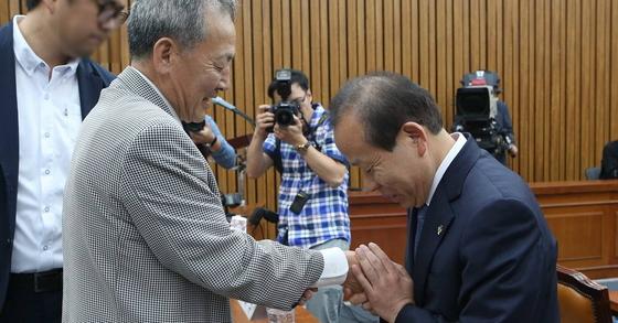 김이수 헌법재판소장 후보자가 8일 국회에서 열린 인사청문회에서 과거 5·18 민주화운동 당시 사형수였던 버스기사 배용주 씨에게 고개 숙여 사과하고 있다. [사진 오종택 기자]