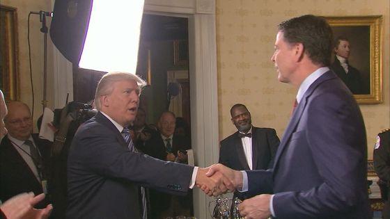 지난 1월 취임 직후 백악관에 제임스 코미 FBI국장을 불러 악수를 나누는 트럼프 대통령.