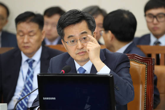 김동연 경제부총리 겸 기재부 장관 후보자는 병역기피와 투기 의혹에 대해 질의를 받았다. [전민규 기자]