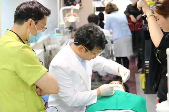 치과 의사가 한 아동 환자의 치아를 살피고 있다. 정부는 국민 치아 건강을 챙기기 위한 5개년 계획을 처음 마련했다. [중앙포토]