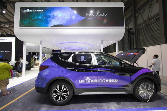 7일 중국 상하이 신국제엑스포센터에서 개막한 'CES 아시아 2017' 바이두 부스에 전시된 현대차의 중국형 싼타페. 현대차와 바이두가 공동 개발한 내비게이션과 음성인식기술이 적용돼 있다. [사진 현대차]