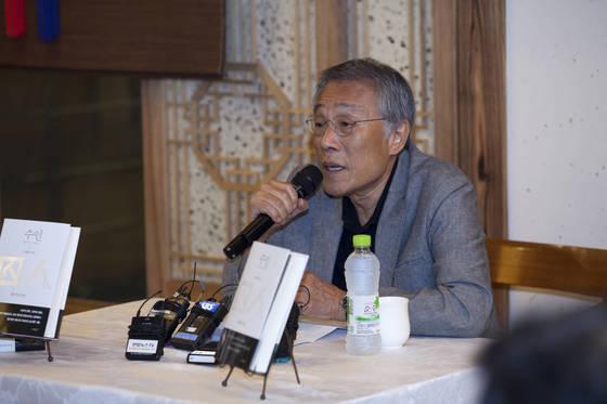 소설가 황석영씨가 자신의 일생을 녹인 회고록『수인』을 냈다. [사진 문학동네]