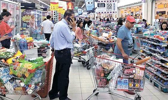 카타르 수도 도하 시민들이 5일(현지시간) 주변 국가의 단교 조치 발표 후 시내의 한 수퍼마켓에서 생필품을 대량으로 구매하고 있다. [AP=연합뉴스]