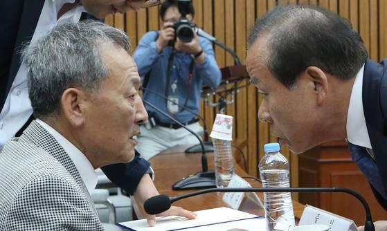 김이수 헌재소장 후보자가 518 광주민주화운동 당시 사형수 였던 버스기사 배용주씨에게 다가가 인사하고 있다. 오종택 기자