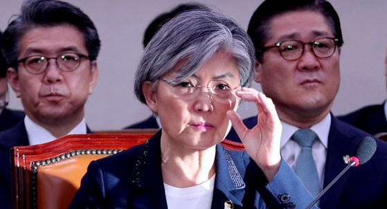 강경화 외교부 장관 후보자는 논문 표절 의혹과 위장 전입 등에 대해 청문위원들의 집중 질문을 받았다. [박종근 기자]