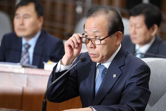 김이수 헌법재판소장 후보자는 5·18 민주화운동 당시 버스운전자 사형선고에 대해 청문위원들의 집중 질문을 받았다. [오종택 기자]