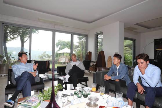 차범근(왼쪽)-두리(왼쪽에서 두번째) 부자와 20세 이하 축구대표팀공격수 이승우(오른쪽에서 두번째)가 7일 서울 종로구 평창동 차범근 20세 이하 월드컵 조직위 부위원장 자택에서 만났다. 맨 오른쪽은 이승우의 친형이자 에이전트 이승준 씨. 신인섭 기자