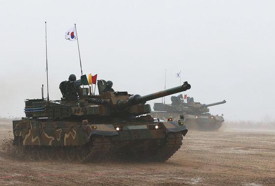 한국의 자주국방 건설 정책에 따라 개인화기부터 전차까지 다양한 무기체계의 국산화를 이뤘다. 국산 전차 K-2 전차의 기동 모습이다. [사진 중앙포토]