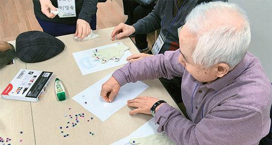 서울 노원구치매지원센터는 구내 노인을 대상으로 미술·꽃꽂이·요리 등 다양한 치매 예방·치료 교실을 운영하고 있다. 치매지원센터는 적은 비용으로 이용할 수 있어 경쟁률이 높다. [사진 노원구치매지원센터]