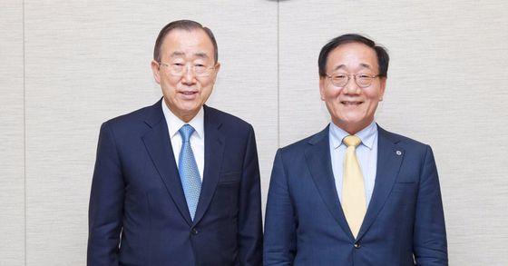 반기문 전 유엔 사무총장(왼쪽)과 연세대학교 김용학 총장[사진 연세대]