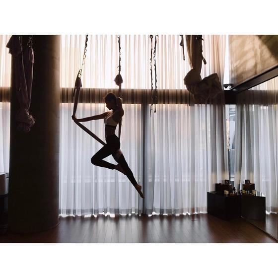 아이돌 미모는 '한 방의 성형'처럼 쉽게 만들어지는 게 아니다. 필라테스·요가는 기본, 골격 마사지와 표정 훈련도 한다. 플라잉 요가 하는 YG 걸그룹 블랙핑크 제니
