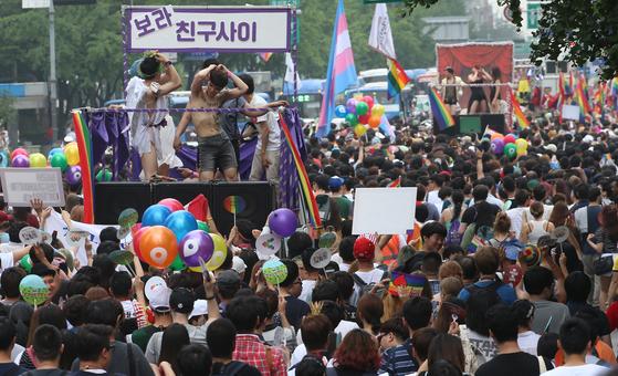 지난해 서울광장 등 에서 열린 퀴어문화축제 충 참가자들이 퍼레이드를 하고 있다. 김경빈 기자