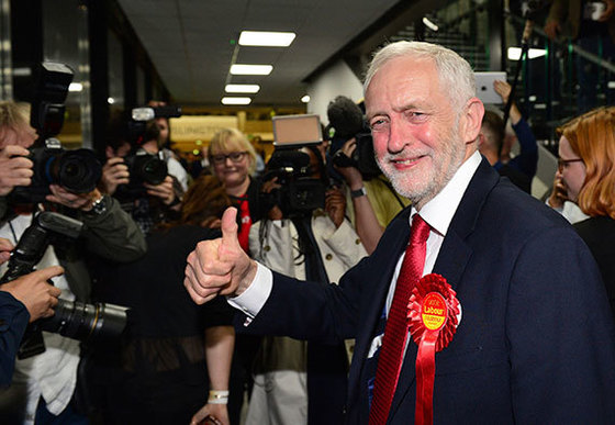 9일(현지시간) 영국 런던에서 제러미 코빈 노동당 대표가 환하게 웃으며 엄지를 치켜들고 있다. 테리사 메이 총리의 승부수였던 조기총선에서 노동당은 의석을 31석 늘리며 선전했다. 집권 보수당의 '하드 브렉시트'에 반대하는 코빈 대표는 최대한 EU에 잔류하는 '소프트 브렉시트'를 주장해왔다. [런던 AP=연합뉴스]