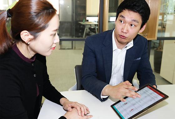 카카오스탁맵은 고액 자산가가 아닌 일반인에게 투자자문 서비스를 제공하면서 인기를 끌고 있다. 카카오스탁맵의 투자 상담사가 투자자문 서비스를 신청한 고객과 상담을 하고 있다. / 사진제공·전민규 기자
