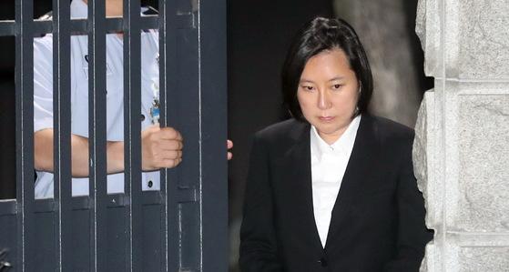 장시호씨가 8일 구속기간 만료로 석방돼 경기 의왕시 서울구치소를 나서고 있다. [사진 연합뉴스]