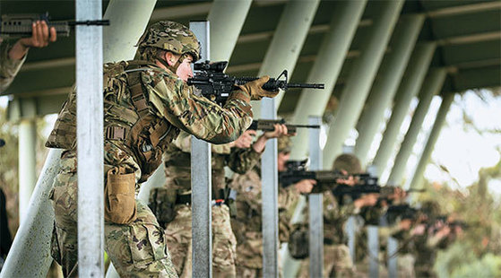 지난해 호주 AASAM 대회에서 호주 육군 소속 병사들이 전술사격 시합을 하고 있다. [사진 호주 육군·미국 공군사관학교·Vitaly V Kuzmin]